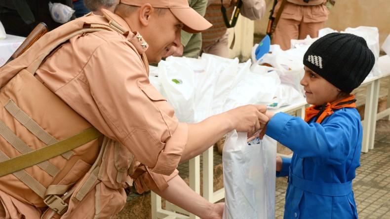 Russische Militärs liefern Geschenke an syrische Schüler