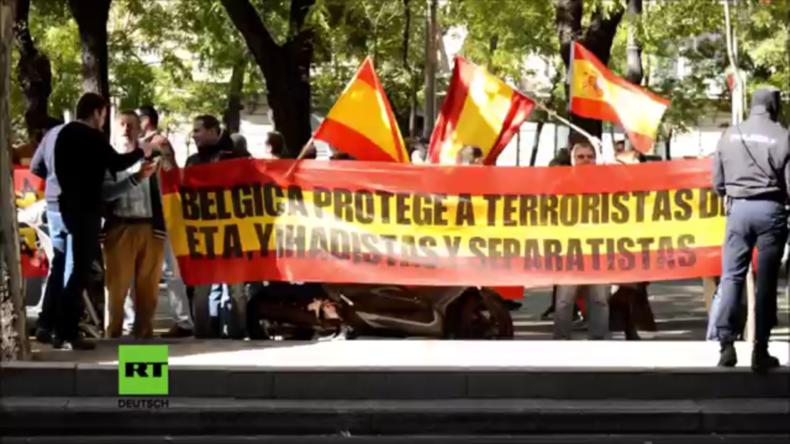 Spanien: Rechte Demonstranten kollidieren mit der Polizei und fordern Gefängnis für Puigdemont
