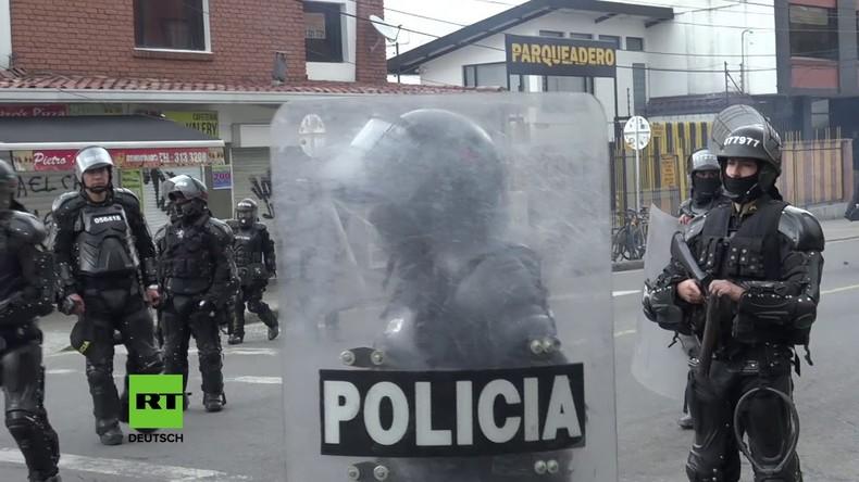 Kolumbien: Maskierte Studenten bewerfen Polizisten mit Steinen