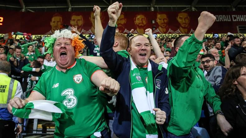 Irische Fußballfans schlagen Lager vor Dessousladen in Kopenhagen auf und feuern Kunden an