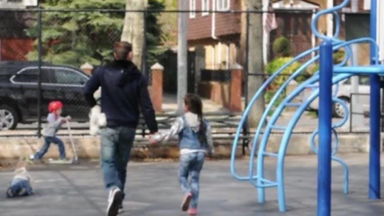 Experiment mit erschreckendem Ergebnis: Kinder gehen innerhalb von Sekunden mit Fremden mit
