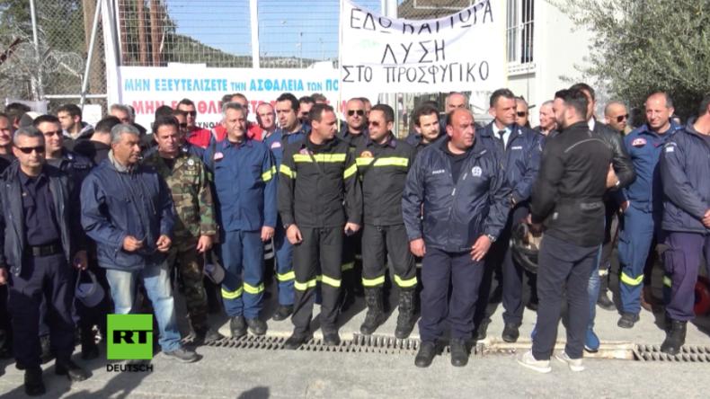 "Erschöpfte Polizisten protestieren vor Flüchtlingslager in Lesbos: ""Wir sind am Ende"""