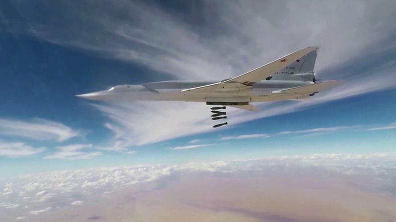 Russische Langstreckenbomber greifen IS-Stellungen in Nähe der Stadt Al-Bukamal an