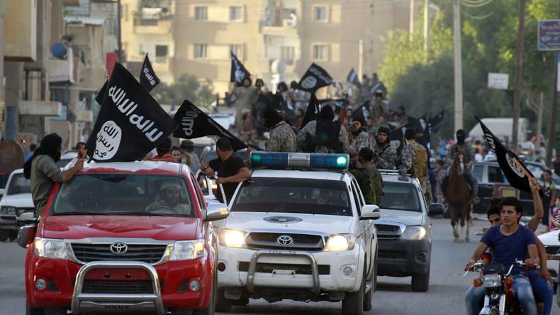 Syrien: IS-Kämpfer zogen voll bewaffnet unter den Augen der USA aus Rakka ab [Video]