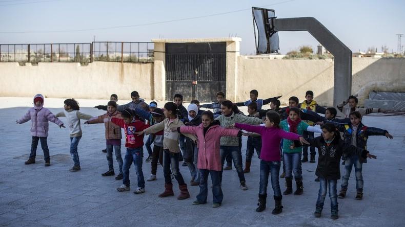 Russische Militärs veranstalten Sportfest für Schüler in Aleppo