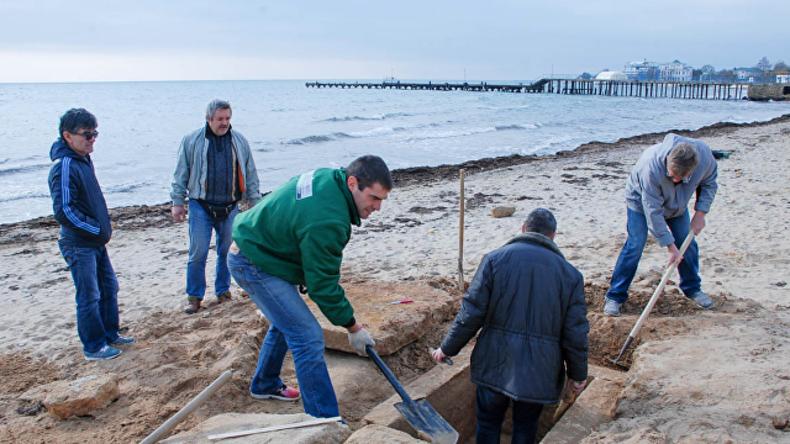 Et in Crimaea ego: Passant entdeckt altertümliches Grab an Strand in Jewpatorija
