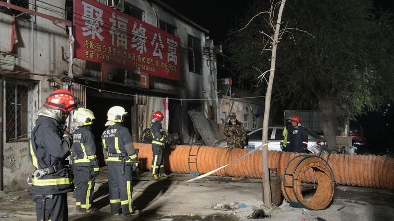 """Wohnhausbrand in Peking: 19 Tote, """"Verdächtige"""" festgenommen"""