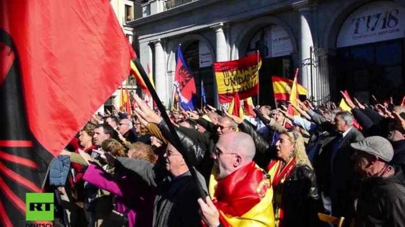 """Schaurige Bilder aus Madrid: Protestler ehren Diktator Franco mit kollektivem """"Römischem Gruß"""""""