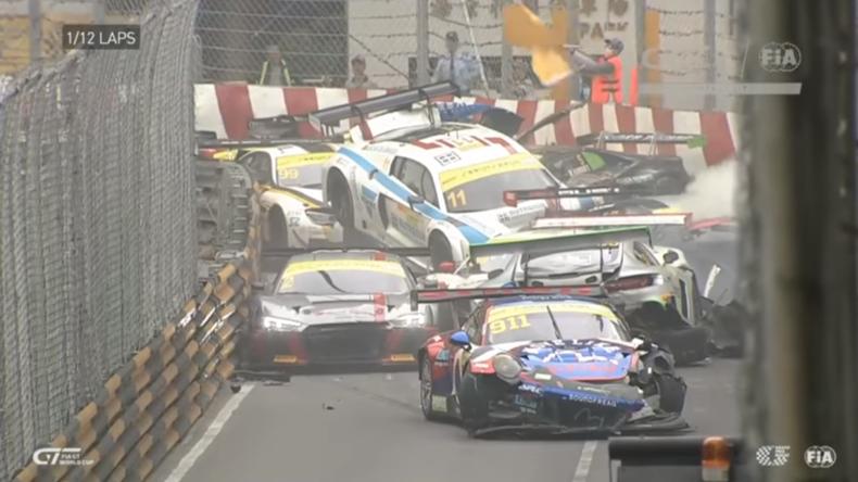 Spektakulärer Massencrash bei FIA-Quali-Rennen - 16 Wagen krachen ineinander