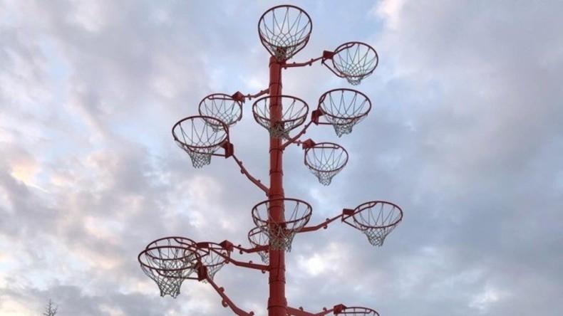 """Shaquille O'Neal zeigt """"Baum"""" mit Basketballkörben, die er während seiner Karriere wegriss"""