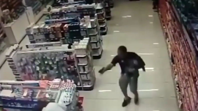 Dramatisches Video: Ehemaliger Polizist erschießt mit Baby auf dem Arm zwei Räuber