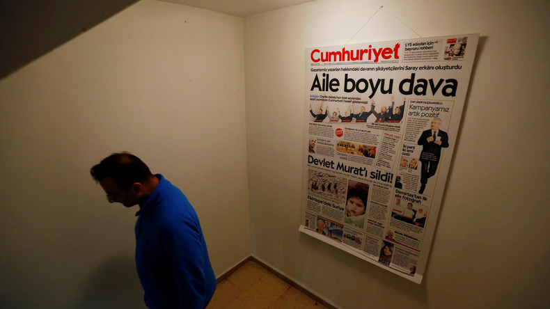 Urteil: Über drei Jahre Haft für Online-Chef der Zeitung Cumhuriyet wegen Terrorpropaganda