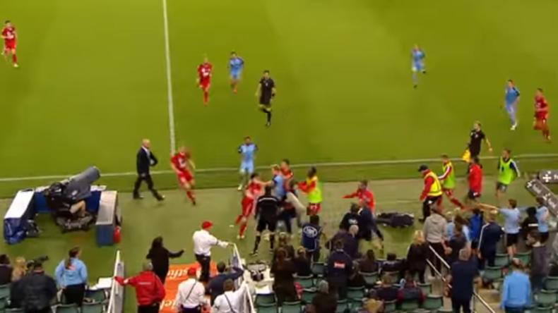 Australien: Verteidiger attackiert Balljungen und erntet unmittelbar den Zorn anderer Fußballspieler