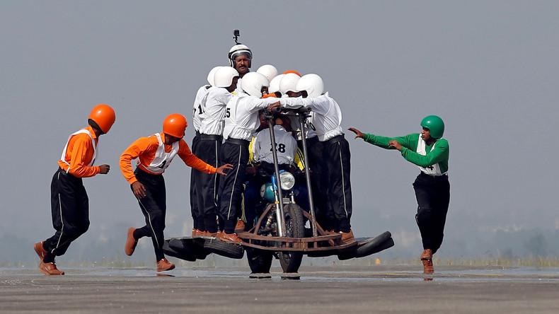 Eng, aber sicher: 58 indische Militärs besteigen ein Motorrad