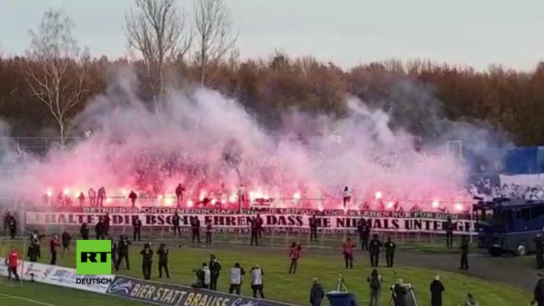 Heftige Ausschreitungen bei Fußballspiel in Leipzig - Polizei fährt mit Wasserwerfern aufs Spielfeld