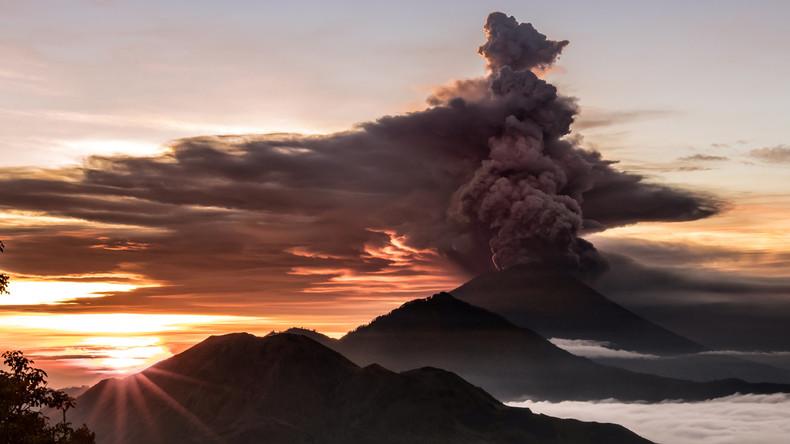 Vulkan auf Bali stößt 3.000 Meter hohe Rauchsäule aus