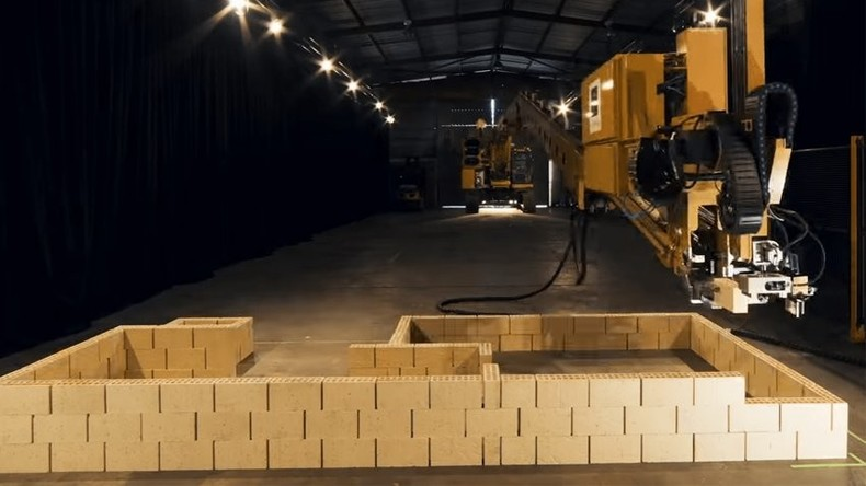 Roboter-Maurer soll Häuser in Saudi-Arabien bauen