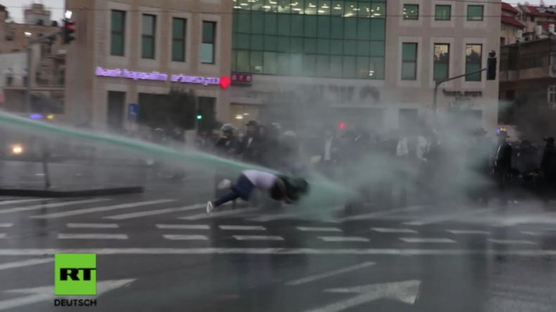 Ultra-orthodoxe Proteste in Israel: Wasserwerfer trifft mit voller Wucht unbeteiligte Passantin