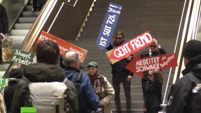 """""""Stop Orwell 2020!"""" - Netzaktivisten protestieren gegen Gesichtserkennung am Südkreuz in Berlin"""