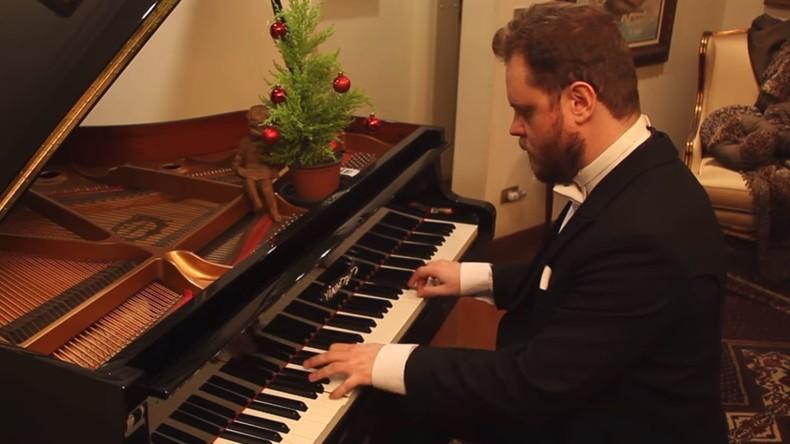 Musiker spielt traditionelle Weihnachtsmelodien der letzten 500 Jahre