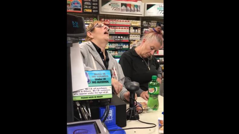 """""""Amerikas Opioid-Epidemie"""" - Virales Video zeigt Kassierinnen völlig high beim Dienst"""