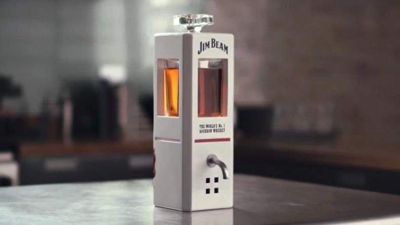 Jim Beam stellt smarte Karaffe vor, die auf Sprachbefehl Whiskey einschenkt