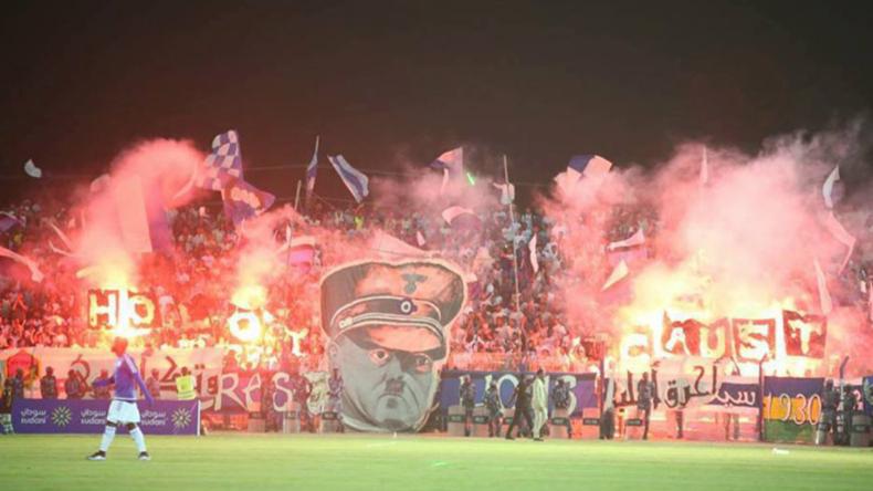 """""""Hitler & Holocaust"""": Ultras enthüllen bei Fußballspiel geschmacklose Banner"""