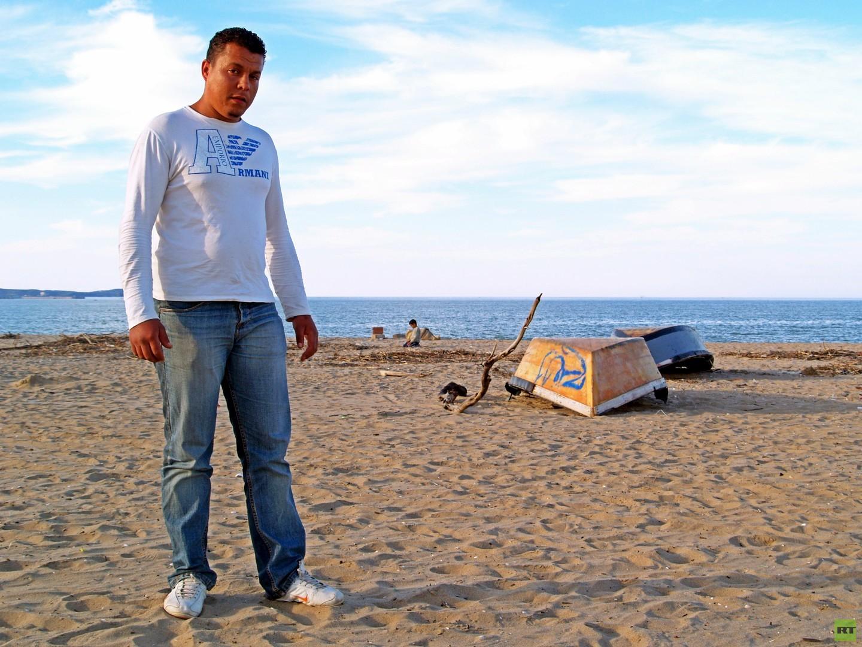 Annaba, Algerien. Radouane, 25, lebt in Annaba, Algerien, und er hat den Entschluss gefasst über die Insel Sardinien in die Europäischen Union auszuwandern. Von seinem Haus in Sidi Salem einem Armenviertel in Annaba sind es nur 160 km Seeweg bis zur italienischen Insel.