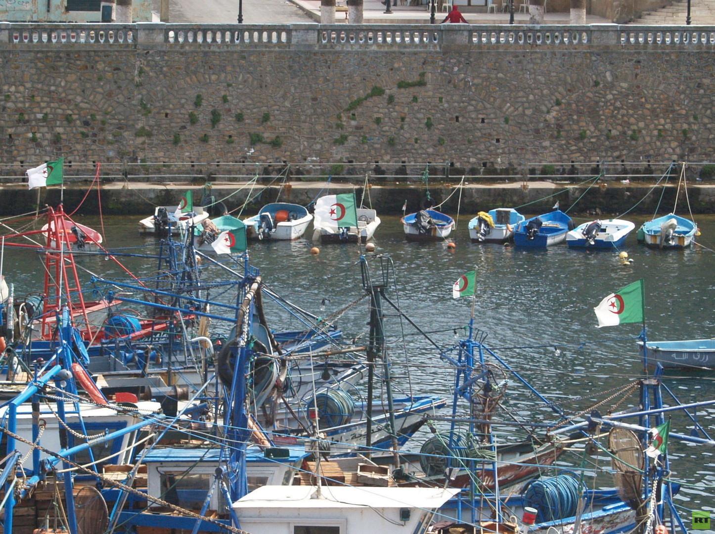 """El Kala, Algerien. Der kleine Seekanal ist unter den Harragas als """"le Visa Sarde"""", bekannt, also übersetzt """"das Sardische Visum"""". Seit 2006 machen sich jedes Jahr tausende junge Migranten, von den algerischen Häfen Annaba und El Kala, auf den Weg zu den südlichen Küsten um Cagliari."""