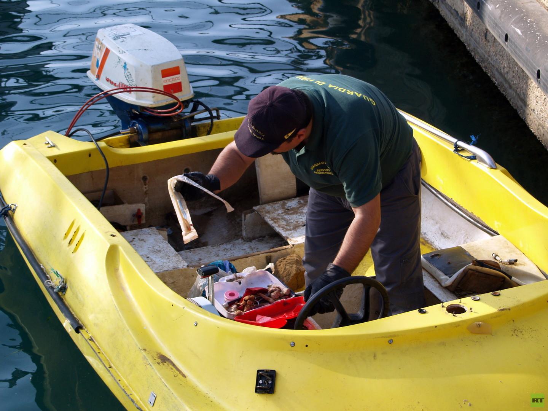 """Die Harragas (""""diejenigen, die (ihre Einwanderungspapiere) verbrennen"""") überqueren das Meer an Bord von kleinen Booten mit jeweils 5 bis 12 Plätzen. Einige Dutzend von ihnen erleiden jedes Jahr Schiffbruch und sterben. Ihre Leichen werden nicht geborgen."""