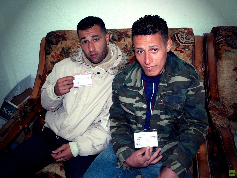 """El Kala, Algerien. Fares (24) und Said (19) erreichten bereits Italien, aber sie wurden ausgewiesen. Jetzt wollen sie es noch einmal versuchen, an das """"Sardische Visum"""" zu kommen."""