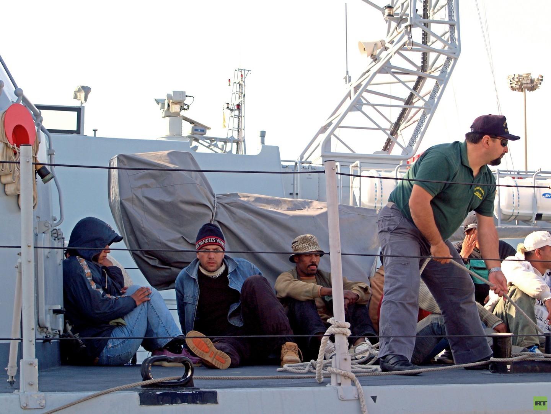 Cagliari, Sardinien, Italien. Die Harragas werden von italienischen Militärbooten aufgeschnappt und nach Cagliari gebracht, von wo aus sie hoffen, ein Passagierschiff nach Italien zu nehmen: Sie wollen nach Rom, Neapel oder nach Frankreich weiterreisen.