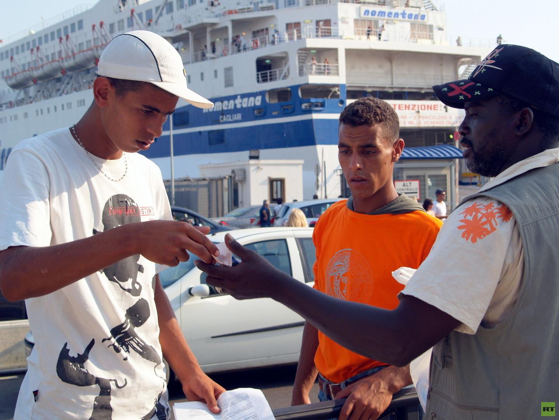 """Hafen von Cagliari. Schließlich können sie das Schiff nach Italien betreten, da das """"Decreto di espulsione"""" auch ein gültiger Ausweis ist, mit welchem sie die Polizeikontrollen passieren können und den europäischen Kontinent von der Insel Sardinien zu erreichen."""