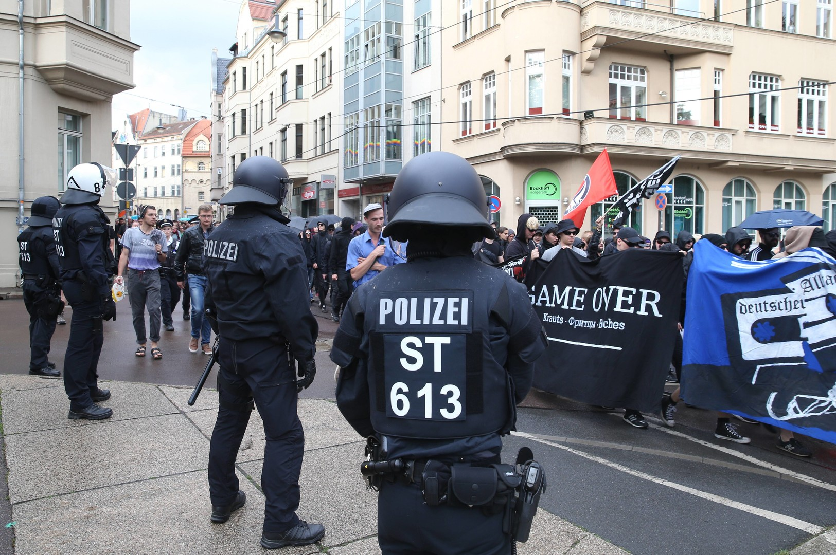 Gewalteskalation in Halle: Identitäre greifen Polizisten an – diese ziehen ihre Dienstpistolen