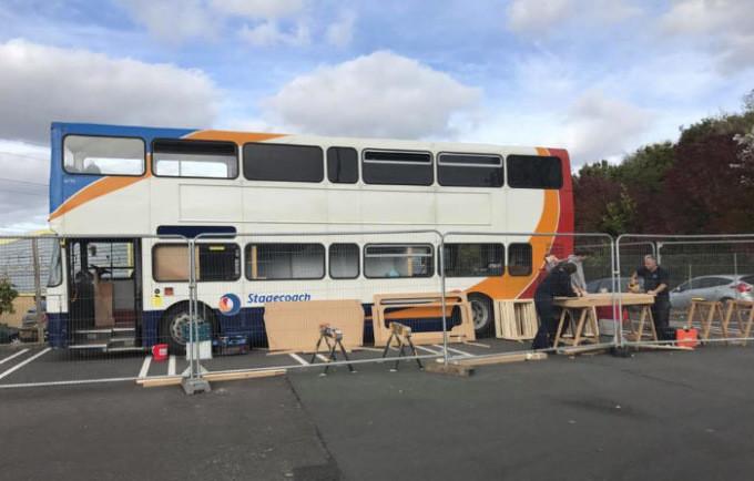 Doppeldecker wird Zwölfbettzimmer: Zwei Britinnen verwandeln alten Bus in Obdachlosenheim