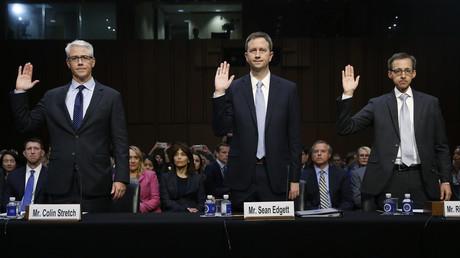 Der US-Kongress vereidigt die Vertreter von Facebook, Twitter und Google (v.l.n.r.). Den Unternehmen wird vorgeworfen, Russland als Werkzeug zur Einmischung in die US-Wahlen im vergangenen Jahr gedient zu haben.