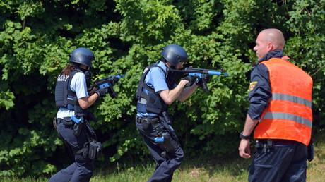 Wann fällt der erste Schuss zwischen den Polizisten? Zwei Polizisten mit Maschinengewehren bei einer Übung.