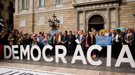 Die ursprünglich dem Referendum neutral gegenüberstehende Bürgermeisterin von Barcelona, Ada Colau, und andere Mitglieder des Stadtrats von Barcelona halten am einen Protest zur Unterstützung der angeklagten katalanischen Politiker.