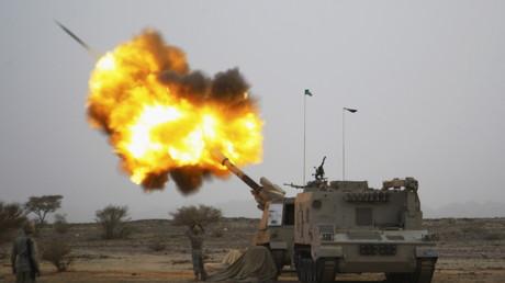 Saudische Artillierie aus US-Produktion feuert auf jemenitisches Gebiet - Dank Expertise des Rheinmetall-Chefs Andreas Schwer wird die jemenitische Zivilbevölkerung wohl bald auch aus saudischen Geschützen einheimischer Produktion beschossen werden...