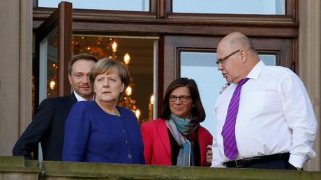 Christian Lindner (l), Angela Merkel (2 v.l.), Katrin Göring-Eckardt (2 v.r.) und Peter Altmaier (r) während einer Pause bei den Sondierungsgesprächen