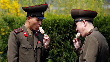Soldaten essen Eis in Pjöngjang, Nordkorea, 16. April 2017.