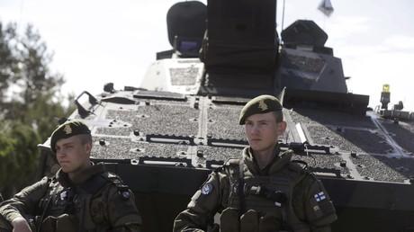 Weder die Zivilbevölkerung noch die finnischen Soldaten zeigen sich begeistert von der Vorstellung, dem NATO-Militärblock beizutreten...