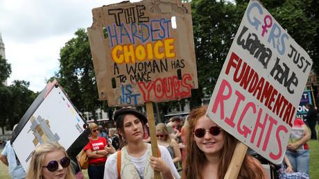 Nordirinnen demonstrieren für legale Abtreibungen