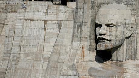 Ein Flachrelief von Wladimir Lenin auf einem Staudamm in Kirgisistan: Seine Losung war, dass Rätemacht plus Elektrifizierung des ganzen Landes den Kommunismus bringt.