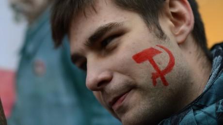 Ein junger Teilnehmer des feierlichen Marsches zum 100-Jahres-Gedenken der Oktoberrevolution in Moskau am 7. November 2017.