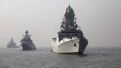 Kriegsschiffe der indischen Marine vor der Küste Mumbais im Jahr 2015.