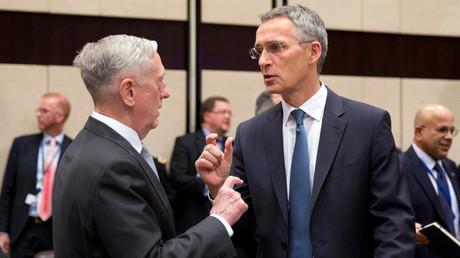 Diskutieren diese Männer über den NATO-Etat oder die Länge ihrer Gliedmaßen? US-Verteidigungsminister James Mattis und NATO-Generalsekretär Jens Stoltenberg vor dem Treffen der NATO-Verteidigungsminister am 9. November 2017 im NATO-Hauptquartier in Brüssel.