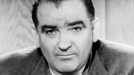"""Joseph Raymond """"Joe"""" McCarthy war ein US-amerikanischer Politiker in den 1950er Jahren. Er gehörte der Republikanischen Partei an und wurde bekannt wegen seiner Kampagne gegen eine angebliche Unterwanderung des Regierungsapparates der Vereinigten Staaten durch Kommunisten."""