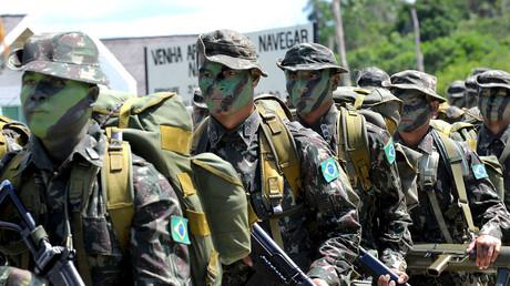 Soldaten des Ipiranga Special Border Platoon marschieren während einer Zeremonie zu Ehren der US Navy Adm. Mike Mullen, während seines Besuchs in Ipiranga, Brasilien im Jahr 2009.