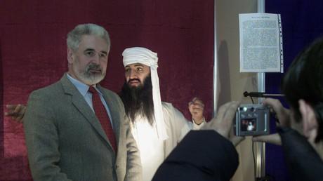 Symbolbild: Ein Besucher posiert vor einer Wachsfigur des ehemaligen Al-Kaida Führers Ossama Bin Laden in Bukarest, Rumänien.